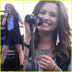 wpid-Demi-Lovato-at-San-Diegos-Microsoft-Store.jpg